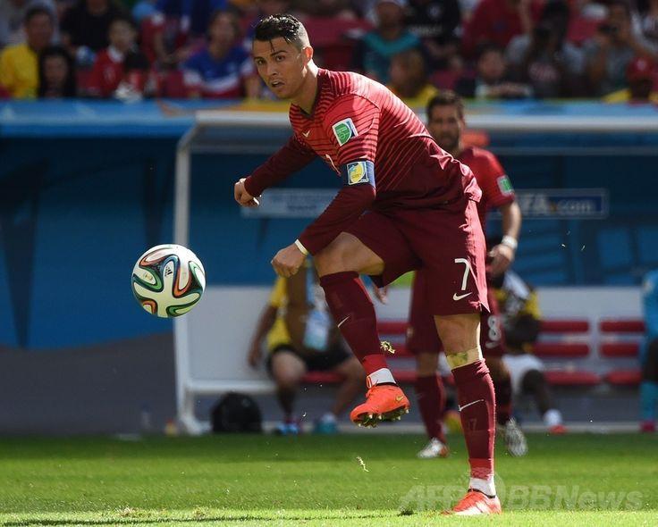 サッカーW杯ブラジル大会(2014 World Cup)グループG、ポルトガル対ガーナ。ボールを蹴るポルトガルのクリスティアーノ・ロナウド(Cristiano Ronaldo、2014年6月26日撮影)。(c)AFP/CHRISTOPHE SIMON ▼27Jun2014AFP|ポルトガルとガーナがグループ敗退、ロナウドの決勝点届かず http://www.afpbb.com/articles/-/3018889 #Portugal_Ghana_group_G #Brazil2014