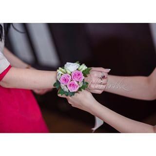 Браслетик из свежесрезанных розочек для подружки Невесты#детали#подружкиневесты#браслет#bouquet#wedding#florartkz#астанацветы @cushwayapps