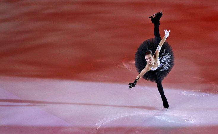 Fotografía de la patinadora rusa Adelina Sotnikova, durante la ejecución de su ejercicio en el Gran Premio de Patinaje Artístico de Rusia.