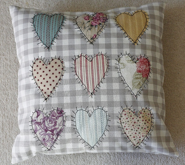 Thread sketch heart cushion-free motion