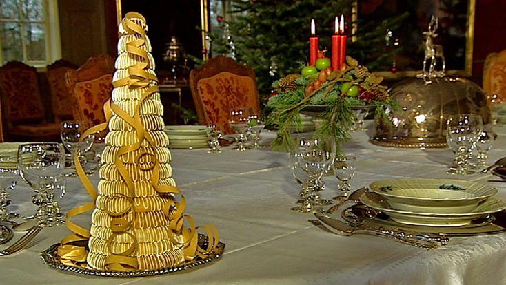 Kransekage består kun af tre ingredienser, og med Mette Blomsterbergs nemme opskrift kan du sagtens selv lave kransekagetoppen til nytårsaften.