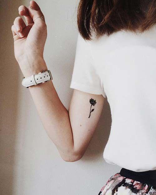 woman biceps small rose tattoo kadın pazu küçük gül dövmesi