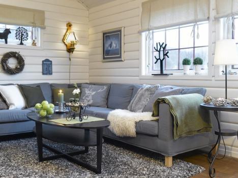 Oppusset hytte i Sirdalen vinter 2011. Stue med sofa og sofabord=