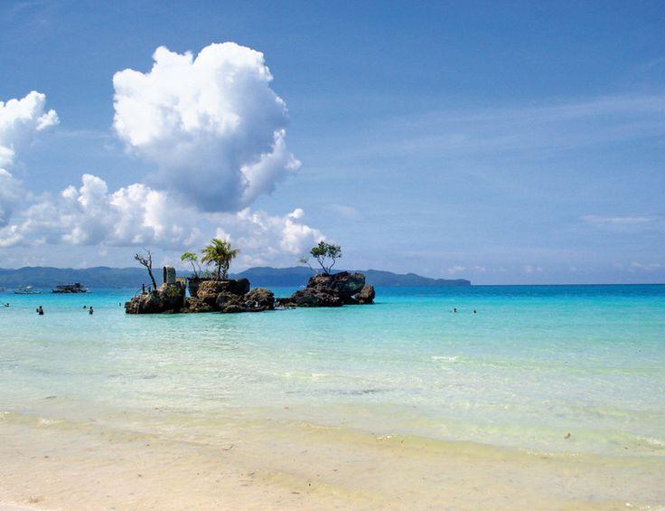 7 Filipinas Es innegable que White Beach es un lugar de postal. Para retratarlo tendrás que viajar hasta la pequeña isla de Boracay  –que solo tiene 10 km de extensión–, pero podrás elegir entre una treintena de playas.