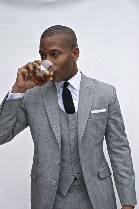 Todo hombre de negocios que se precie lleva un buen traje, te recomendamos hacer uso del código descuento Indochino de MasCupon.  #moda #hombre #traje #Indoschino #estilo #caballero