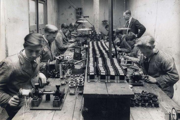 Transforma  Fabriek van radio-onderdelen te Amsterdam. Werkplaats met een aantal jonge mannen en een opzichter. 1927.