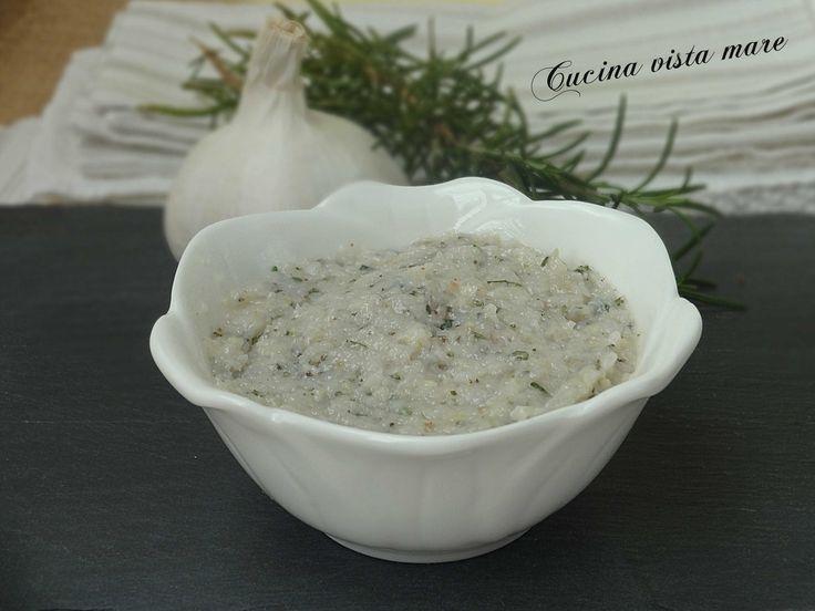 Il pesto modenese è un gustoso condimento: si prepara con lardo di maiale, aglio e rosmarino fresco e si accompagna alle crescentine o alle tigelle calde!
