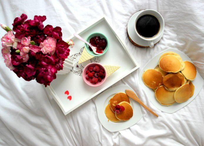 Późne śniadanie w łóżku: pancakes z dżemem z owoców leśnych, do tego maliny i kawa 🥞☕️🙂---> Zapraszam na moją stronę na fb https://m.facebook.com/eatdrinklooklove/ ❤   . .  Late breakfast in bed: pancakes with jam with fruits of the forest, to the raspberries and coffee 🥞☕️🙂 ---> I invite you to my page on fb https://m.facebook.com/eatdrinklooklove/ ❤