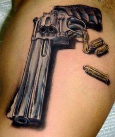 Pistola e Revolver A figura de uma pistola ou revólver tatuada na  perna,   peito e costas,   significa    que   o preso é envolvido com assalto  a mão armada. (ladrão, assaltante, latrocínio).