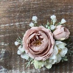 入園・入学、卒園・卒業の春の装いに相応しいコサージュです。春のお花のラナンキュラスはふわふわで、ころんとした丸みが可愛いらしいですね。ホワイト&グリーンの色合いで、チュールを添えてみました。入学式、卒業式、結婚式、発表会などにセレモニーにいかがでしょうか。コサージュピン対応です。バッグや帽子に付けたり、アクセントとして楽しめます。コサージュボックスに入れて、リボンをかけてお届けいたします(ギフトラッピング対応)。そのままギフトにもお使いいただけます。■サイズ:およそ直径9cm(チュールは含みません)■素材:アーティフィシャルフラワー『春ハンドメイド2017』Copyright © 2017 GARNET HILLS All Rights Reserved.