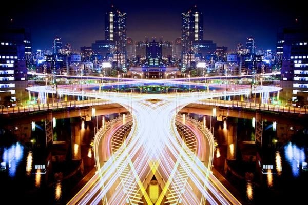 the Japanese photographer Shinichi Higashi offers beautiful images of Tokyo, by combining symmetry and long exposure with beautiful light trails… Some awesome colored photographs between architecture and light painting… I love it.
