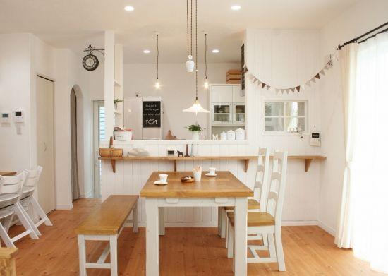 ナチュラルな暮らしを楽しむ家  ご夫婦がこだわったのは家族が健康に暮らせる からだにも心にも優しいお家でした。 家中の壁と天井をスイス漆喰と紙クロスで、 床は全て自然健康塗料を塗った無垢材に。 家族みんな一緒になって壁を塗ったり、 梁やカウンターのエイジング加工をしたりと 手をかけた愛しい我が家。 そのおかげか人を包み込むような柔らかい雰囲気 のお家になりました。 理想の我が家を目指して、 DIYも手がけるご夫婦の家作りは、 これからも続いていきます。   このおうちの名前は「Fika(フィーカ)」 といいます。Fikaとはスウェーデン語で 「コーヒータイム」「休憩」という意味。 家族のくつろぎの時間をたいせつにしたい という思いがこめられたおうちです。 ナチュラルな暮らしを楽しむ家 - かわいい家photo