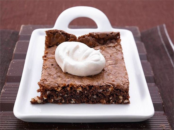 Brownie on amerikkalainen kostean mehevä suklaaleivonnainen, josta leikataan perinteisesti neliönmuotoisia annospaloja. Brownie-leivokset on helppo valmistaa ja ne maistuvat taivaalliselta pehmeän kermavaahdon kanssa tarjoiltuna.