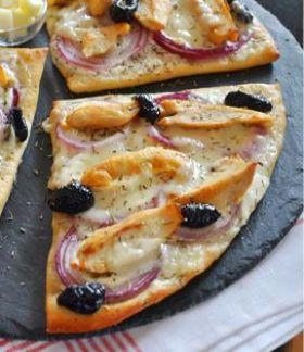 Pizza au poulet grillé et à la Tomme de Brebis Lou Pérac - Envie de bien manger. Plus de recettes à base de Lou Pérac ici : www.enviedebienmanger.fr/recettes/lou%2520perac