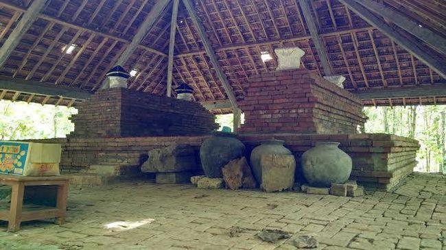 Sebuah situs purbakala diduga dulunya candi di Lamongan, kondisinya rusak berat. Di atasnya dibangun makam yang diklaim seorang ulama besar.
