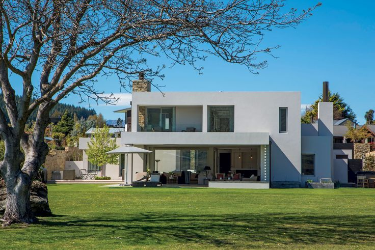 The west-facing facade of this house by Richard E Shackleton Architects features a deep overhang to mitigate solar gain during the hot Otago summers.