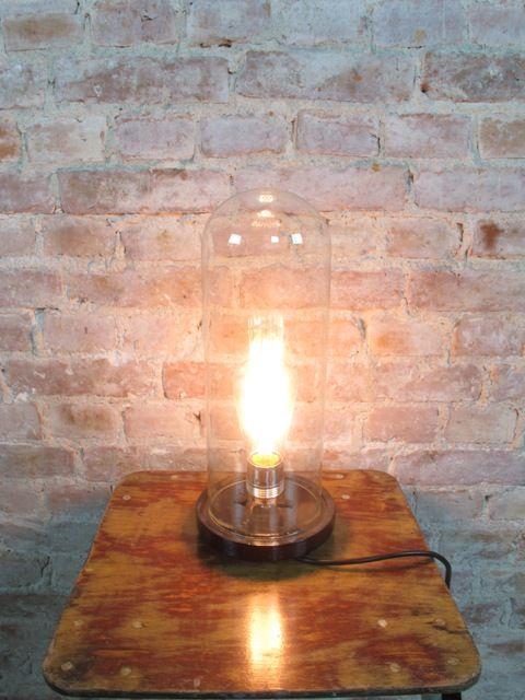 Onder deze glazen antieke stolp uit België (30 cm hoog!) heeft vroeger een heiligbeeldje gestaan. De stolp is ongeveer 75 jaar oud. Wij hebben er een bijzondere lamp van gemaakt met een exclusieve gloeilamp. Deze gloeilamp wordt mee geleverd.