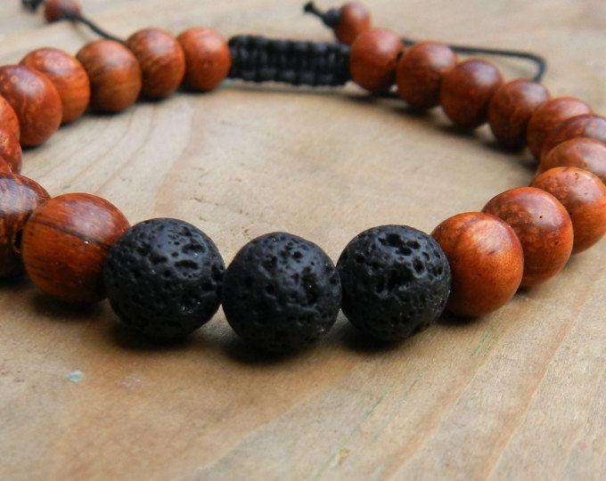 Bracelet ajustable, sur fil de coton, 23 perles de bois de bayong et 3 perles de lave, 6mm.