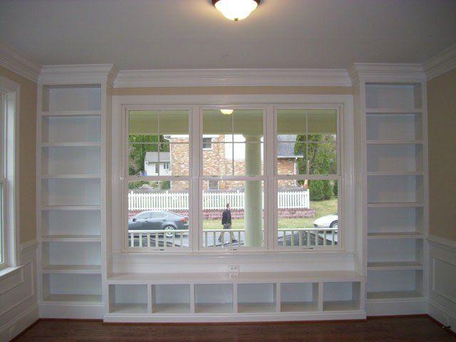 Diseñamos en Pladur, DM o escayola tu librería o tu mueble de obra. Los rincones difíciles mejor aprovechados sin agobiar el espacio visualmente. Disponemos de todo tipo de complementos como puerta…