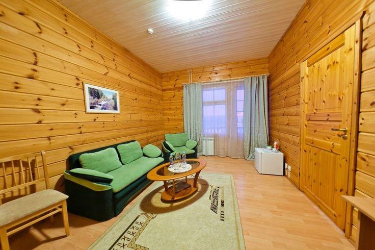 Гостинная в люксе: диван двухместный (раскладывается), одно кресло (раскладывается), журнальный стол, шкаф для одежды, телевизор, холодильник, телефон, чайный набор, балкон-террасса.