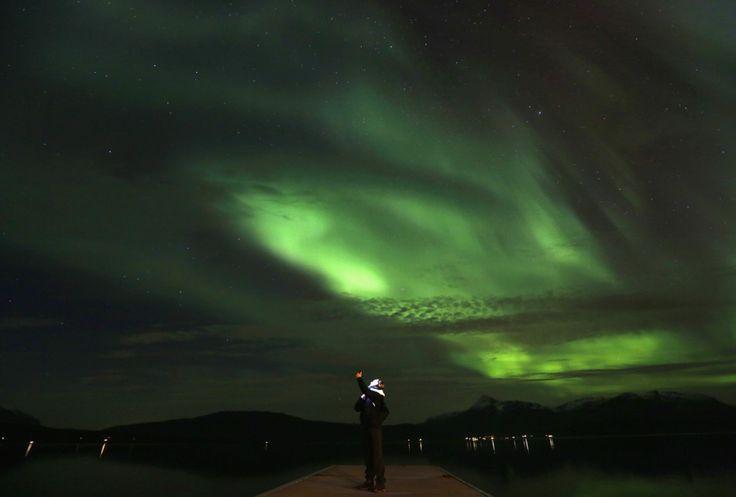 Ένας τουρίστας φωτογραφίζει το Βόρειο Σέλας στο Bals-Fiord δίπλα στο χωριό Mestervik