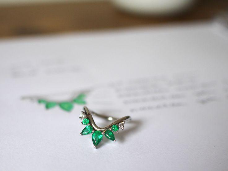 """""""Quando eu vi a Carol pela primeira vez, parecia que ja nos conhecíamos a mais de cem anos! Foi um encontro de almas."""" Era muito especial para ele que um anel fosse desenhado com a personalidade da amada. Assim foram escolhidas as esmeraldas que lembram a natureza e o verde, coisas que os dois amam. Feito em ouro branco com as esmeraldas mais verdes, os diamantes mais brilhantes em uma forma orgânica que envolve todo o dedo. Exuberante e lindo, como a noiva!  #joiascontamhistórias #joiasliê"""