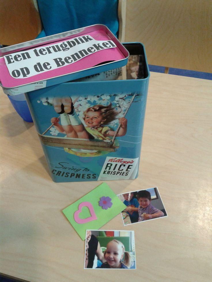 """In dit """"terug""""blik zitten kaartjes met lieve teksten en foto's van de kindjes van de groep."""