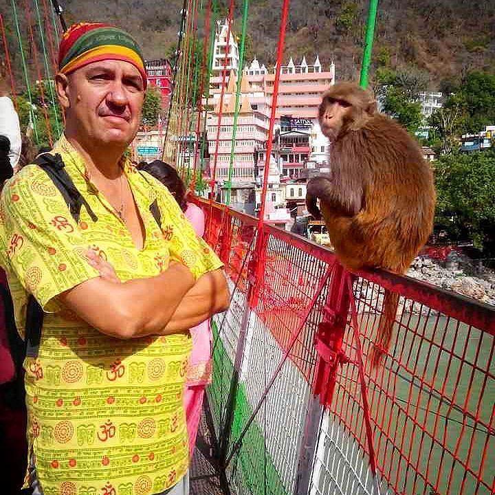 #что_там #what_is_there 216 день в пути Встреча на вантовом мосту. #индия  #уттаркханд #решикеш #ганга #север #горы #рафтинг #йога #индуизм #храм #ашрам  #путешествие  #солнце #путь  #дорога  #sun  #traveling #india #uttarkhand #reshikesh #ganga #joga #trip #way  #induism  #mauntains #tample