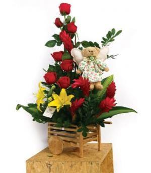 Capri: Carreta con 07 Rosas, ginger, lilium y follaje, acompañado de delicado osito con alas. Medidas:  65 Cms. alto x 55 Cms. ancho.  El color del atuendo del Osito con alas varía según disponibilidad de materiales.