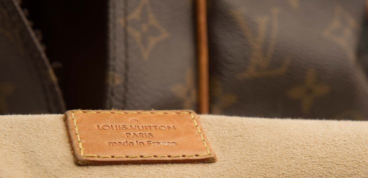 Reparation af Louis Vuitton tasker - Jeg har efterhånden haft mange forskellige modeller af Louis Vuitton tasker til reparation hos mig, men opgaven er altid den samme, at få tasken bragt tilbage til en fin og brugbar stand igen. Selve tasken med mønsteret er utroligt stærkt, og der er sjældent slidtage der gør tasken ubrugelig Det ... - https://sy-smeden.dk/2016/02/reparation-af-louis-vuitton-tasker/ - #Tasker