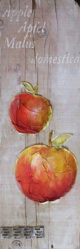 Twee met de hand geschilderde appels op deze plank. De gerecyclede oude houten steigerplanken zijn verder niet bewerkt. Boven de appel staat de benaming in het Engels,Duits en Latijn.
