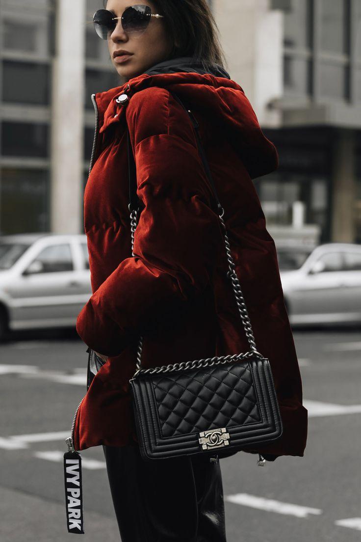 Modebloggerin Jasmin Kessler zeigt auf ihrem Blog wie sie eine rote Daunenjacke kombiniert II #ootd #style #streetstyle #modeblog #outfit #winterlook