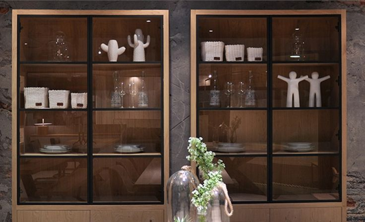 Een stoere glaskast met een strakke afwerking. Deze kast Puur heeft een industriële uitstraling. De eikenhouten kast heeft glazen deuren met een zwart metalen rand. De onderkast heeft twee gesloten deuren, waar spullen uit zicht kunnen worden opgeborgen. Bekijk deze mooie buffetkast bij van de Pol Meubelen.