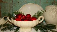 vintage Christmas decoratingVintage Glitter, Red Ornaments, Decor Ideas, Glitter Houses, Decorating Ideas, Vintage Christmas Decorating, Soup Tureen, Holiday Decorating, Christmas Ideas