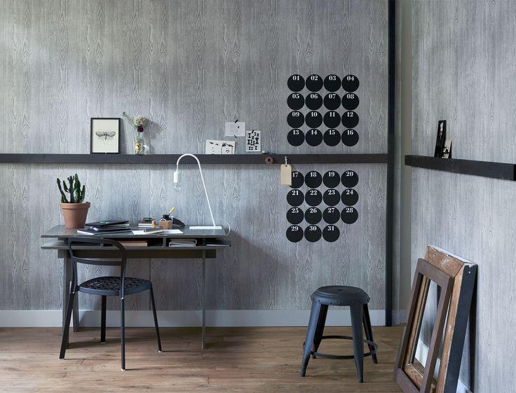 A office with grey wallpaper and a calendar as wallsticker | Photographer Dennis Brandsma, James Stokes | Styling Fietje Bruijn, Frans Uyterlinde | vtwonen catalog autumn 2015 | #vtwonencollectie