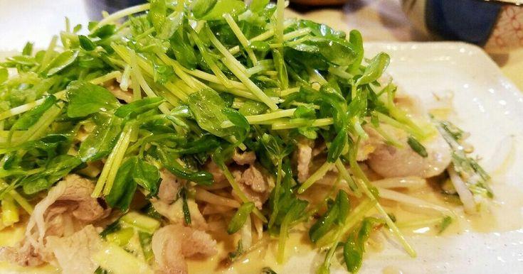 豆苗を生でシャキシャキ食べられる、メイン料理になるサラダです。まな板包丁要らずで簡単‼子供たちもシャキシャキ♡と大喜び♪