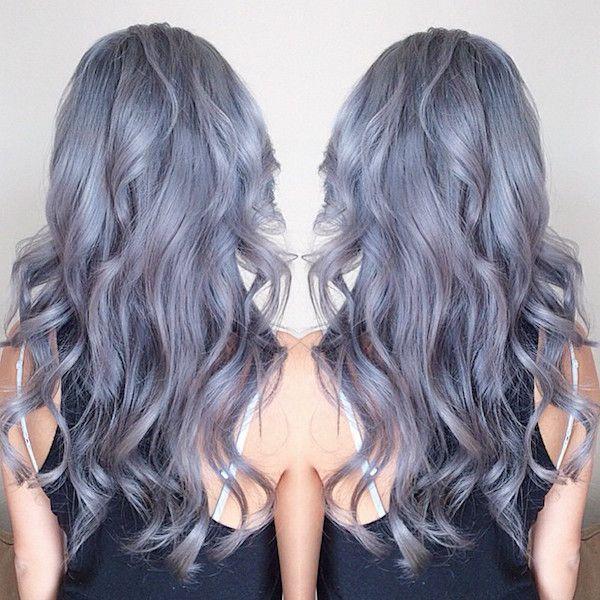 Une chevelure grise avec des reflets violets et de belles boucles. #cheveux #gris #pastel #monvanityideal