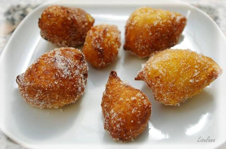 """De délicieux petits beignets, fais traditionnellement pour la Saint Joseph à Bastia. Ils veulent dire """"ventre cassé""""... Ils sont à base de farine de pois-chiche et délicatement parfumés au citron et à la fleur d'oranger... C'est réellement un pur """"cassage..."""