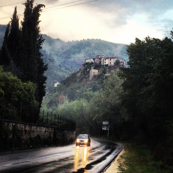 Piove sui miei pensieri, piove sulle mie certezze e sui miei sogni, sulle mie parole.. piove.
