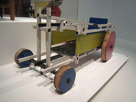De door Gerrit Rietveld gemaakte bolderwagen, •  Bollerwagen von /  Hobble cart by Gerrit Rietveld.  1922-1924. www.kukullus.nl