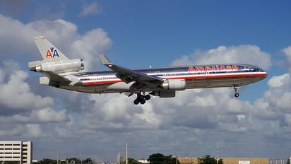 N1754 - American Airlines McDonnell Douglas MD-11 photo (318 views)