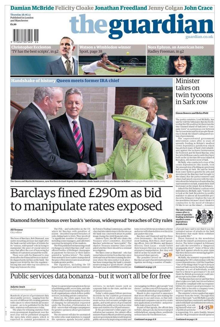 Lyric Theatre de Belfast - 27 de junio de 2012: Histórico saludo entre la reina Isabel II y el exdirigente del IRA Martin McGuinness, actual Viceministro Principal del Gobierno de Irlanda del Norte. McGuinness era miembro del Ejército Republicano Irlandés cuando en 1979 el primo de Isabel II, Lord Mountbatten, fue asesinado por la explosión de una bomba en su bote de recreo, en la costa oeste de Irlanda. http://www.guardian.co.uk/uk/2012/jun/27/queen-martin-mcguinness-shake-hands?intcmp=239
