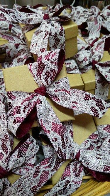 Μπομπονιέρα γάμου κορδέλα σατέν δαντέλα κουτί οικολογικό χαρτί