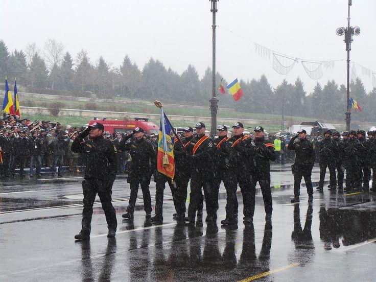 """Brigada Antiteroristă a prezentat Drapelul de luptă înnobilat cu o nouă decoraţie - Ordinul Naţional """"Serviciul Credincios"""" în gradul de Cavaler, cu însemne pentru militari."""