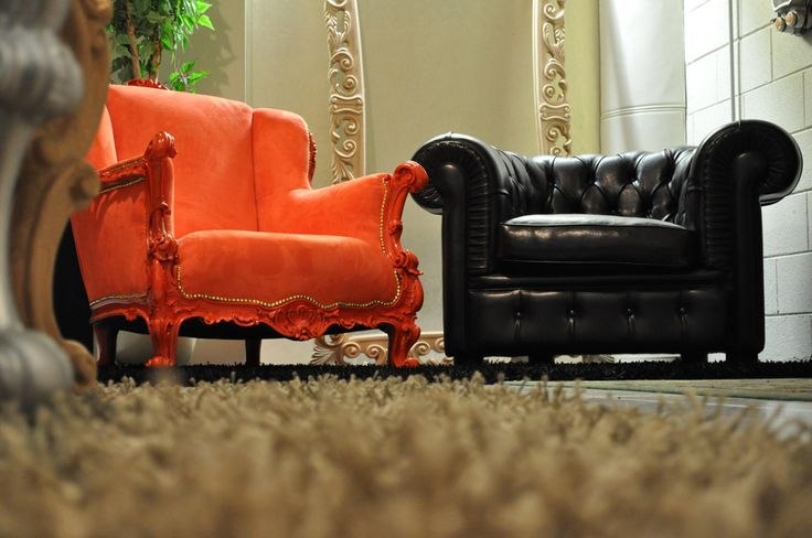 Poltrona Chesterfield in pelle nera e poltrona barocco in microfibra arancione
