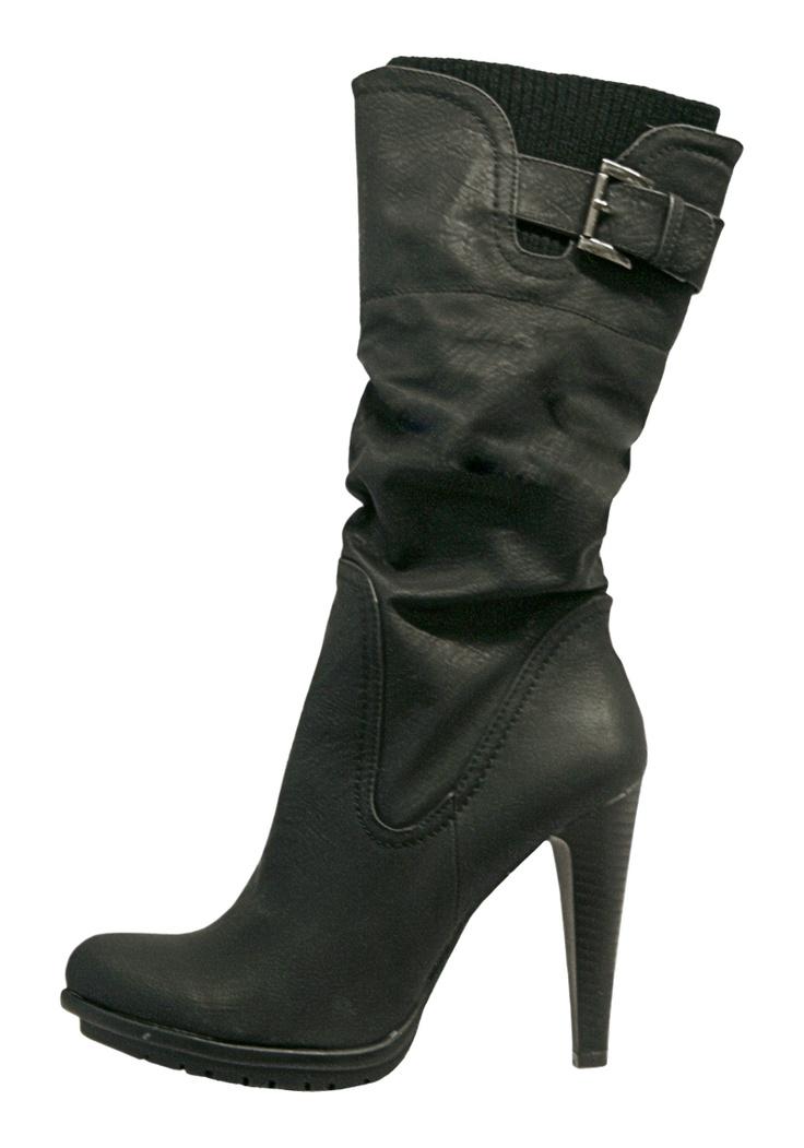 Si eres de corta estatura las botas de caña alta darán el efecto de piernas largas. Ref 082054 $149900