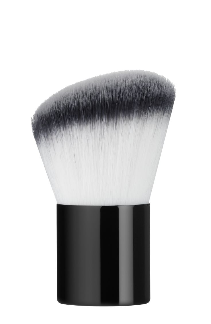 KABUKI BRUSH: this beveled kabuki, specially designed for applying the Radiance loose powder - Poudre Definition -, gently conforms to the contours of the face. Recommended retail price: 29 euros. #DESSANGE #Collection #Makeup #FallWinter #LightOfShadows #GlobalBeauty