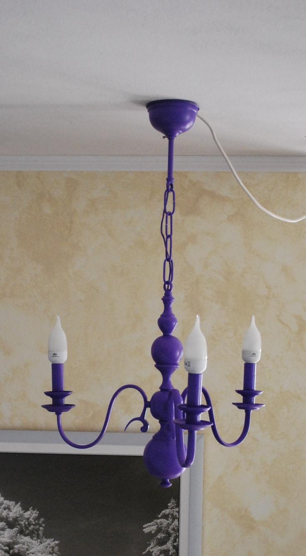 vecchio lampadario dipinto di viola