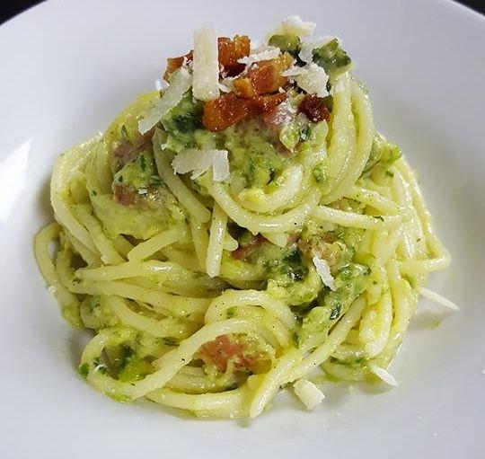 2zucchine 1 spicchio d'aglio 12foglie di menta 30gr di parmigiano 30gr di pecorino 50gr di guanciale 300gr di spaghetti Olio e.v.o. Sale q.b. Pepe q.b.