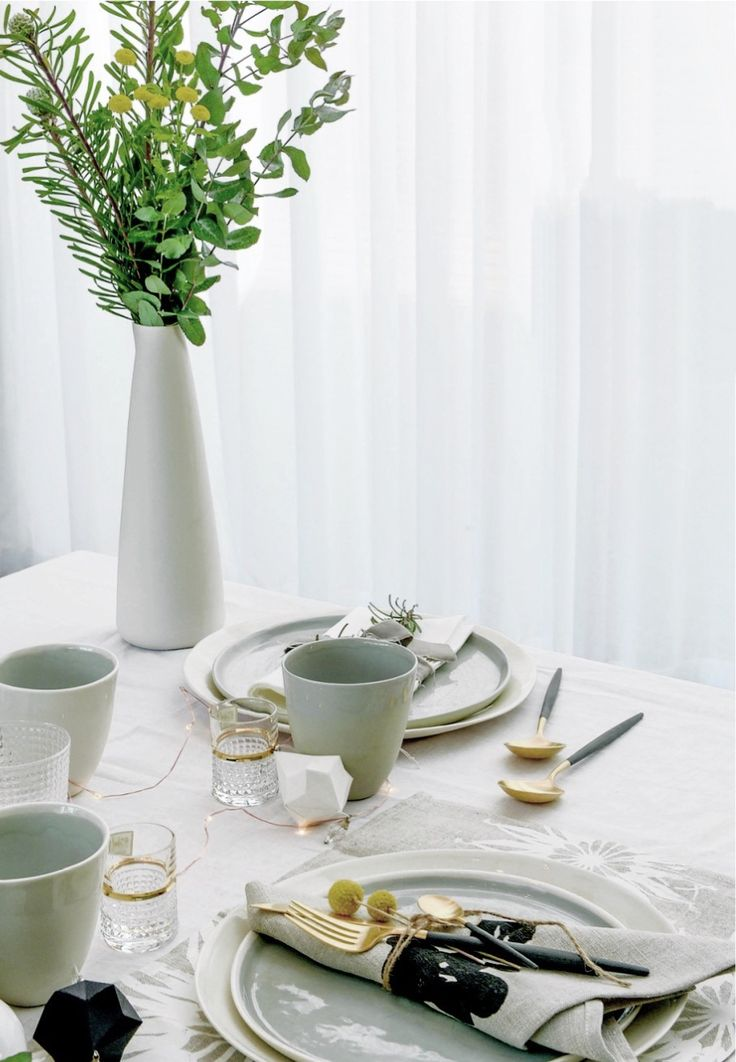 All is calm | How to create the perfect Christmas table setting